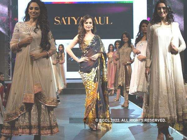 Miss Asia Pacific Dia Mirza walks the ramp with Pond's Femina Miss India 2013 finalists