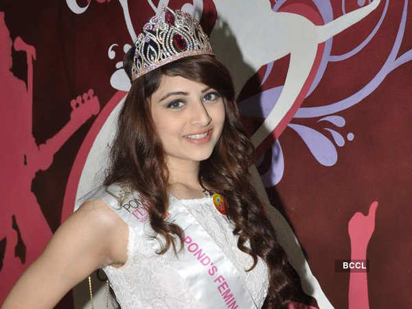 Pond's Femina Miss India 2013, 2nd runner-up,Zoya Afroz dazzles her batchmates with her bewitching looks during Mithibai college reunion.