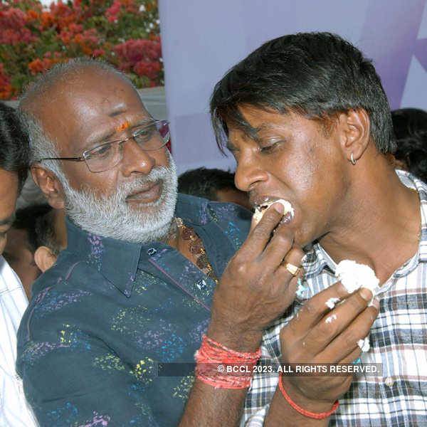 Duniya Vijay celebrates his b'day with fans