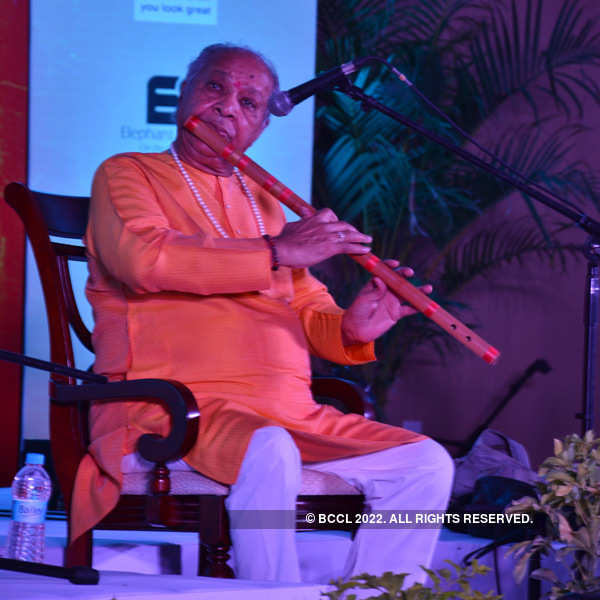 Hariprasad Chaurasiya performs