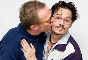 Paul Bettany kisses Johnny Depp