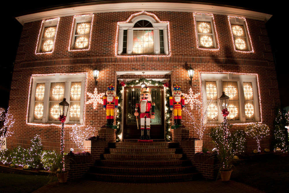 A Slice of Brooklyn: Christmas Lights and Cannoli Tour