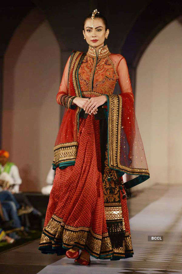 Lisa Haydon walks for Tarun Tahiliani