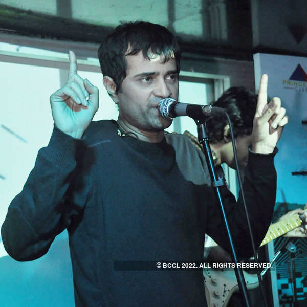 Neel and the Lightbulbs performs live