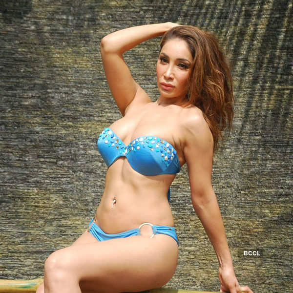 Sofia Hayat's 'wet n wild' Holi shoot