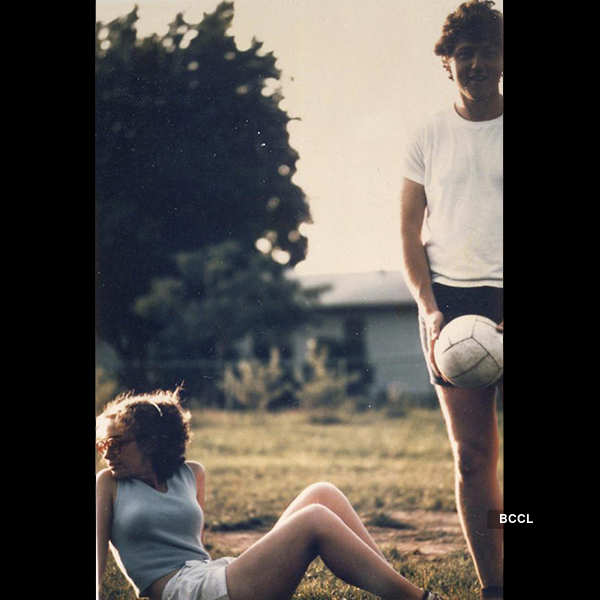 Bill and Hillary Clinton playing volleyball