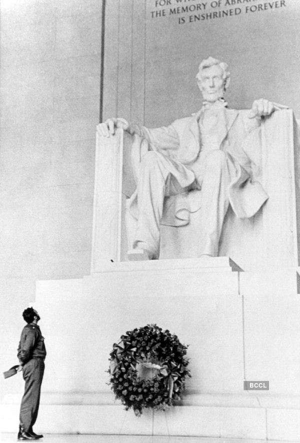 Fidel Castro looks up to the Lincoln Memorial