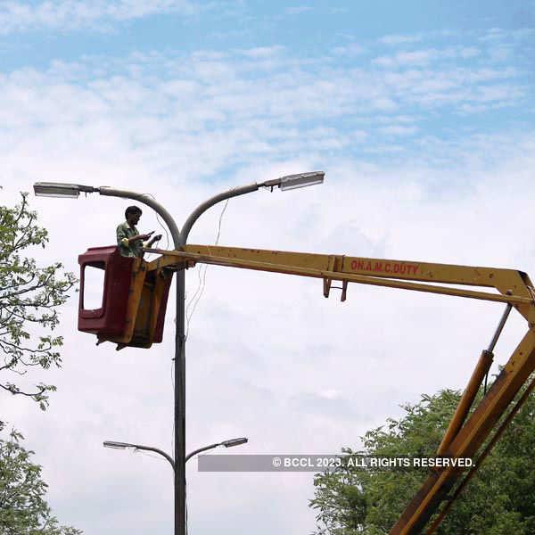 AMC worker repairs city's streets lights