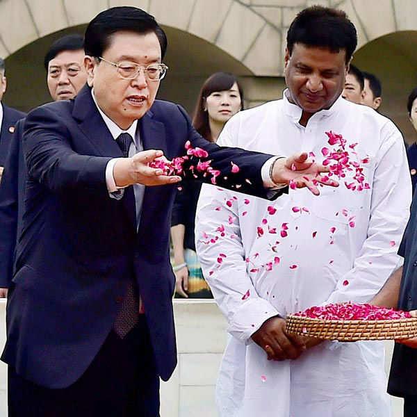 Zhang Dejiang paying tribute at Rajghat