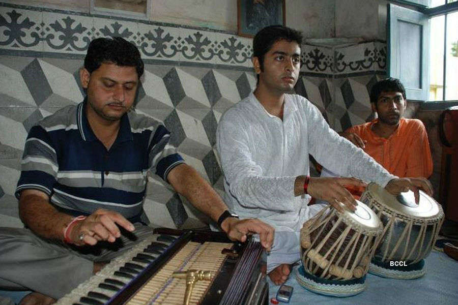Check out your favourite singer Arijit Singh in his rare pic.