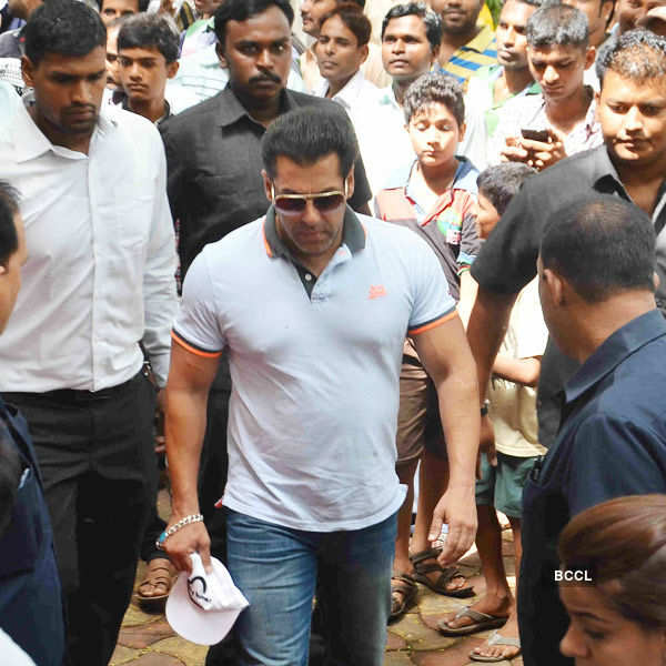 Salman attends NM Gunjalkar's funeral