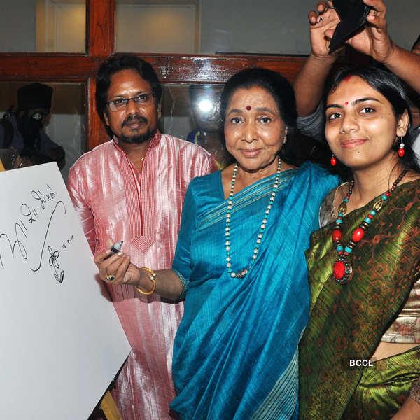 Asha Bhosle inaugurates painting exhibition