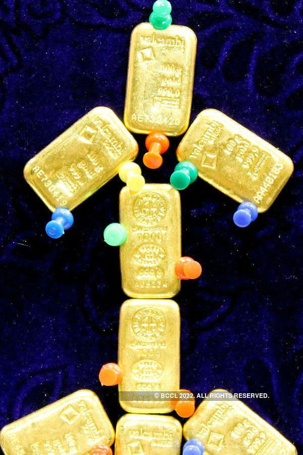Gold slips in futures trade on global cues