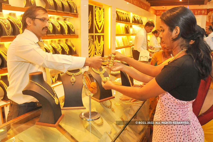 Gold tumbles Rs 260 on global cues