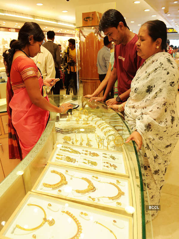 Gold falls on muted demand