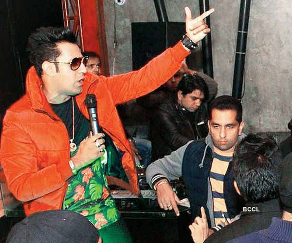 Gippy performs live