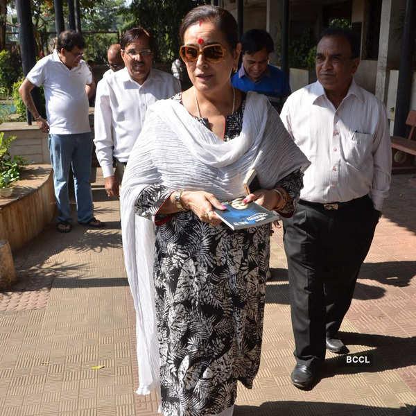Celebs attend Sadhana's funeral