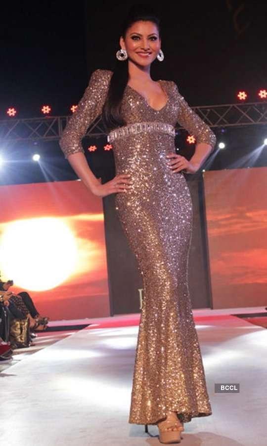 Urvashi Rautela walks the ramp at 'HTC Tech Fashion Tour'