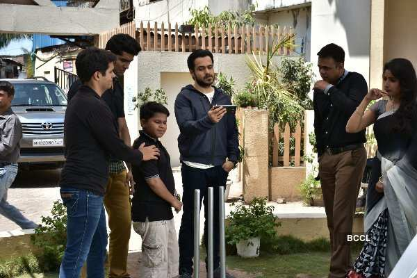 Badi Door Se Aaye Hai: On the set