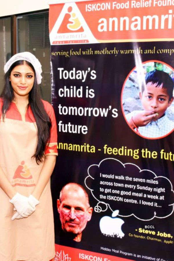 Naveli Deshmukh cooks Khichdi for children at ISKCON Food Relief Foundation