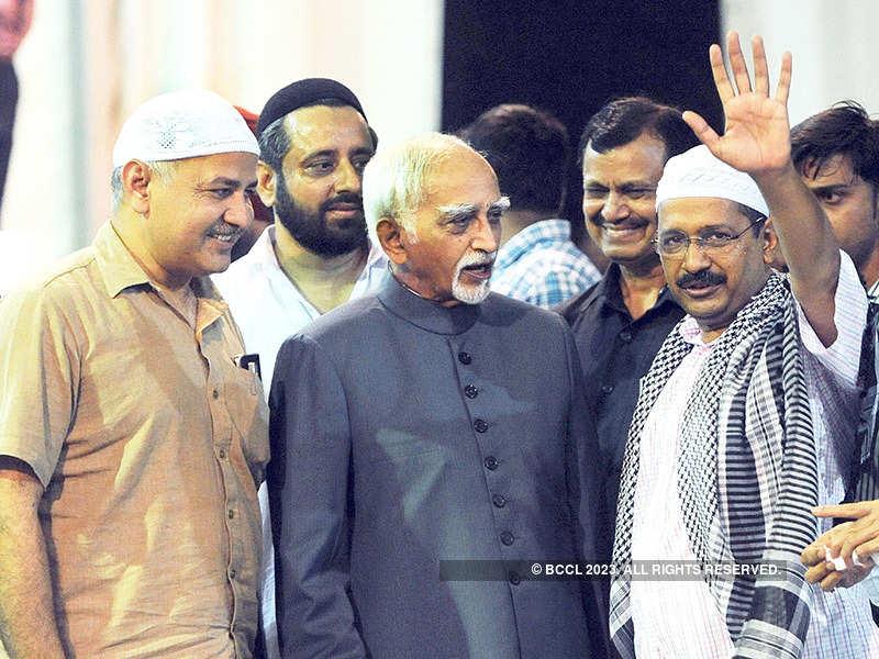 Kejriwal hosts Iftar party