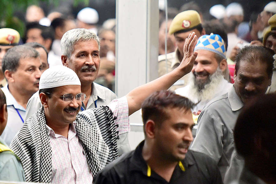 Kejriwal hosts Iftar party