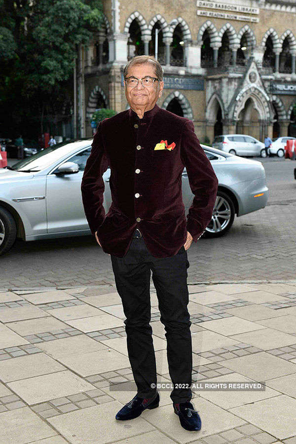Big B launches Dilip De's art exhibition
