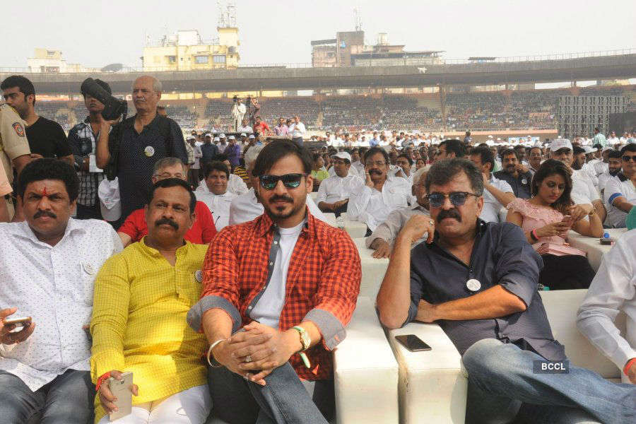 Celebs @ Thane clean-up drive