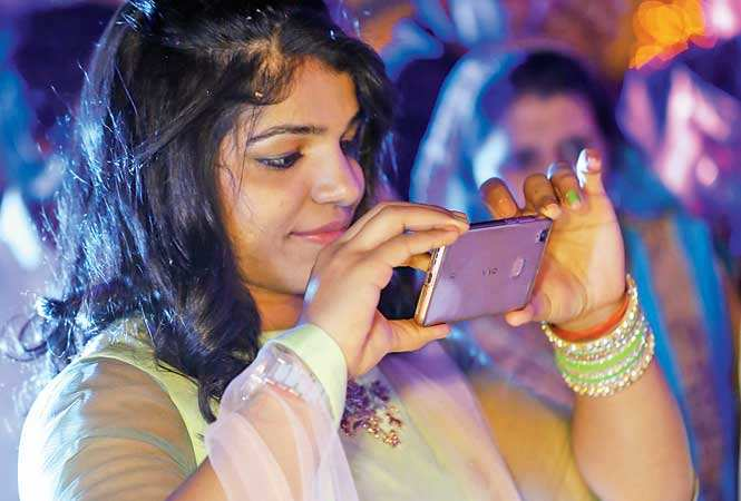 Sakshi Malik was hunted by selfie-seekers (photo Ajay Gautam, BCCL)