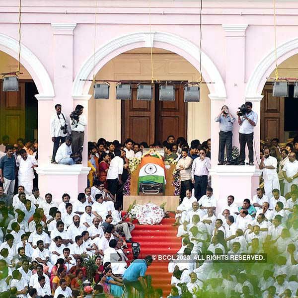 Lakhs of people pay homage to Jayalalithaa
