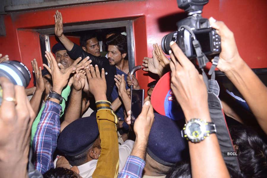 FIR against SRK for allegedly rioting, damaging rly property