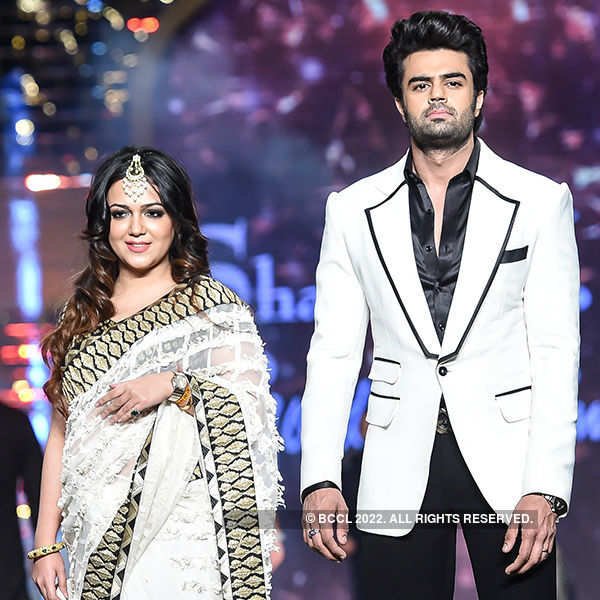 Amitabh, Varun, Alia & other stars walk the ramp for a cause!