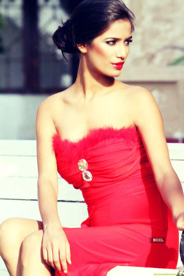 Hot Holi: Poonam Pandey makes a special Holi wish in a sexy bikini