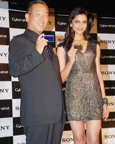 Deepika unveils Sony's Cybershot