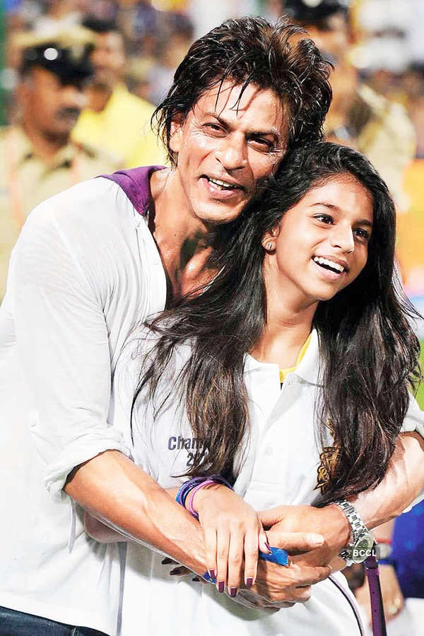 """FUNNY! """"Women have lovely long nails, and their love hurts"""" says SRK on hiring lady bodyguards"""