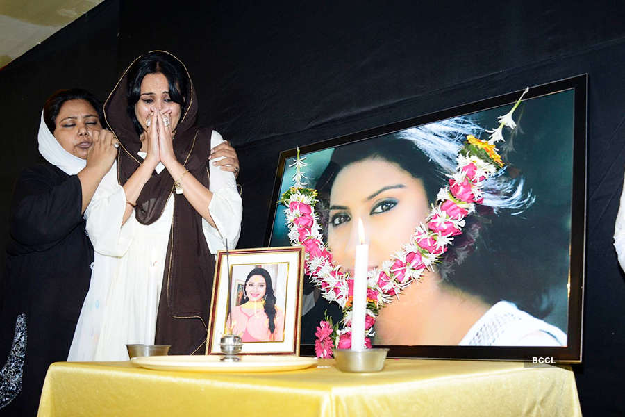 Kamya Punjabi breaks down at Pratyusha Banerjee's prayer meet