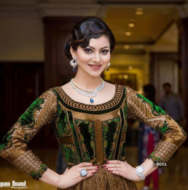 Urvashi Rautela shines like an emerald in these pics