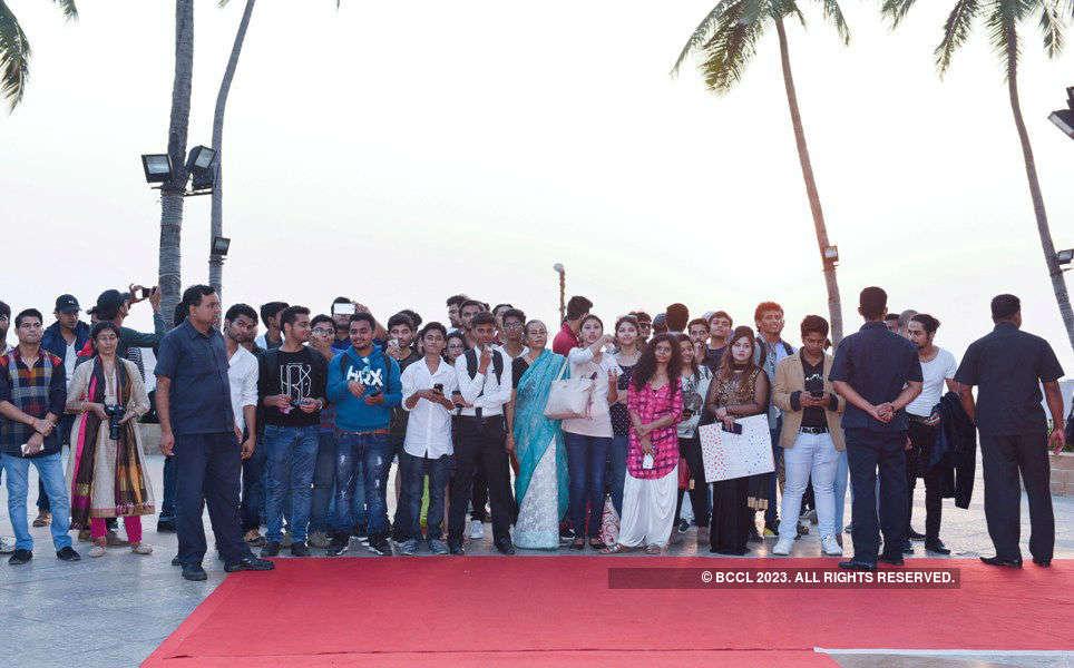 100 lucky fans meet Hrithik Roshan