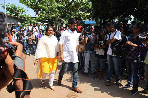 B'wood celebs attend Reema Lagoo's funeral