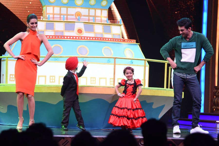 Sushant Singh and Kriti Sanon dancing