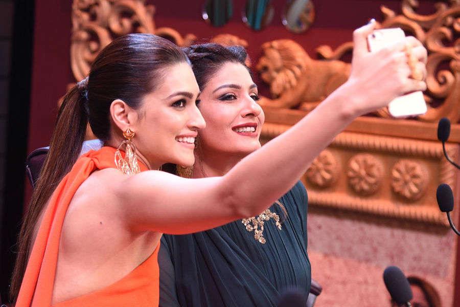 Kriti Sanon taking a selfie with Raveena Tandon