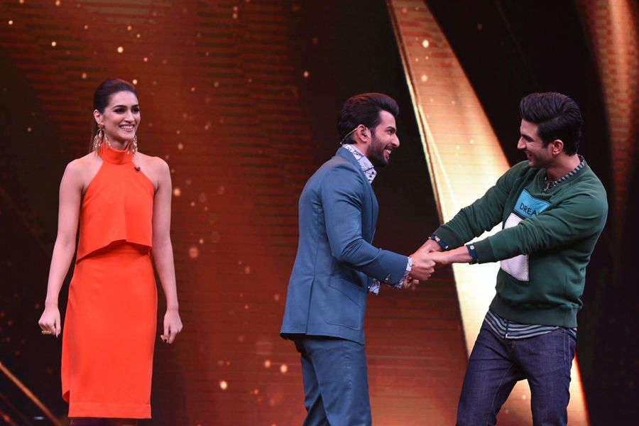 Kriti Sanon and Sushant Singh Rajput with host Jay Bhanushali