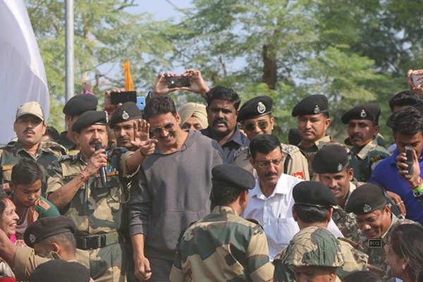 Akshay Kumar visits Army camp