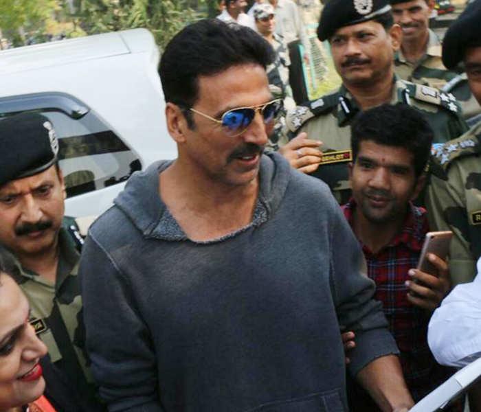 Akshay Kumar meets Army personnel