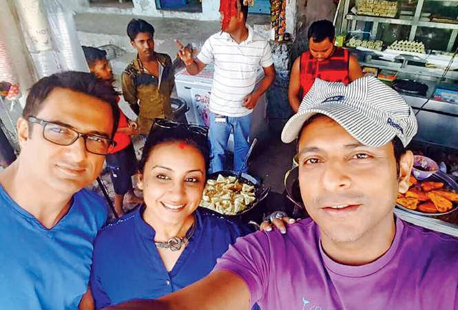 Divya Dutta with co stars Sanjay Suri (L) and Joy Sengupta (R) while enjoying gulaab jamun and samosa at a dhaba in Mirzapur (BCCL)