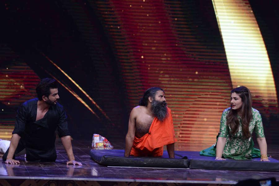 Jay Bhanushali, Baba Ramdev and Raveena Tandon performing yoga