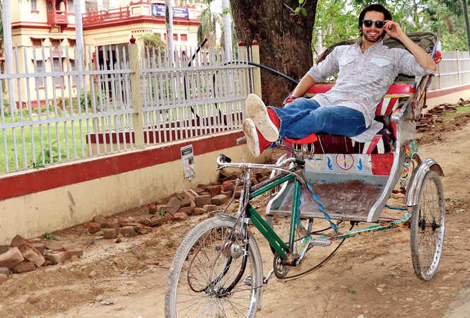 Rajniesh poses on a rickshaw in BHU and riding a bike (BCCL/ Unmesh Pandey)