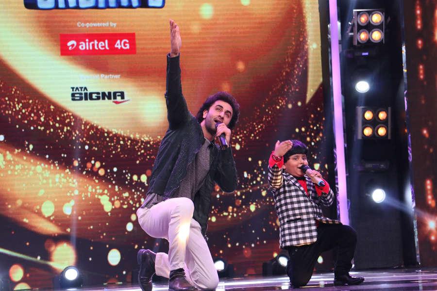 Ranbir Kapoor singing with contestant Jayas Kumar