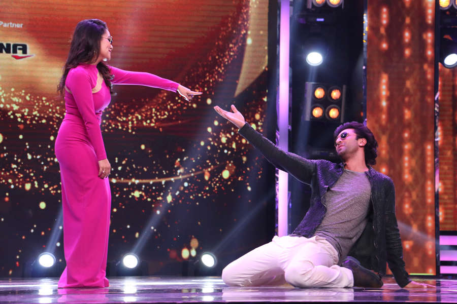 Neha Kakkar and Ranbir Kapoor dancing