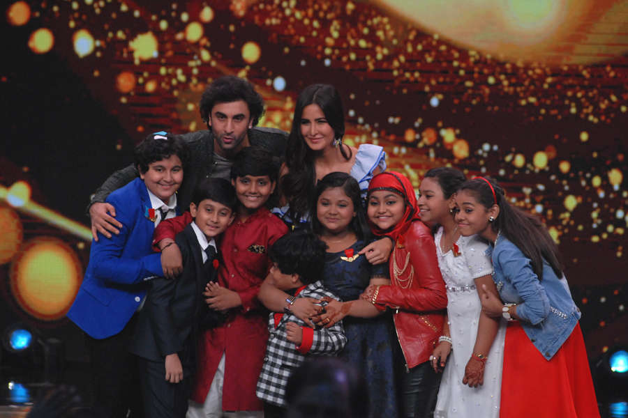 Ranbir Kapoor and Katrina Kaif pose for the camera with contestants